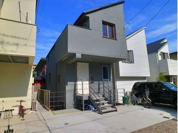 堂々たる趣ながら、主張し過ぎずどこか余裕を感じさせるシャープなフォルムで佇む邸宅は、晴天の空と照らし合わせる事で、本来あるべき完成形の姿を見せてくれます。