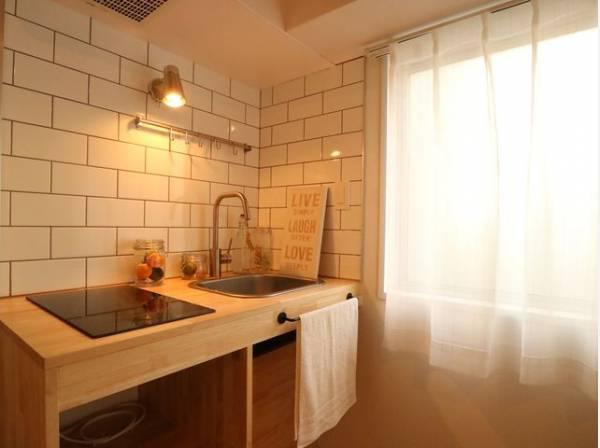 明るい陽射しが注ぐキッチン。シンプルながらデザイン性の高い空間となっています。