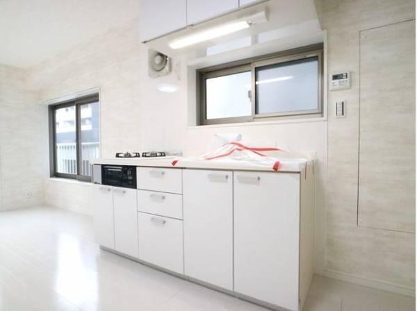 ホワイトを基調とした清潔感のあるキッチン。使い勝手の良い設備のキッチンで効率よくお料理ができます。