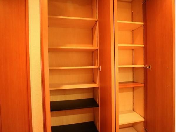 玄関横にも収納を設けてあります。たくさんの靴が収納することが出来ますね。