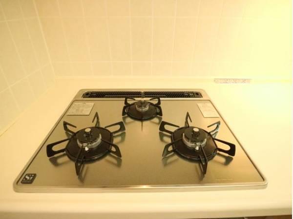 忙しいときでも一度にたくさんの料理が作れる3口コンロ。使い勝手の良さを考えました。