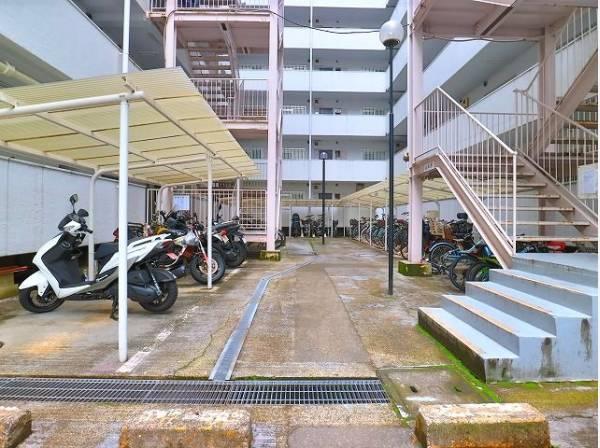 敷地内駐輪場・バイク置き場。