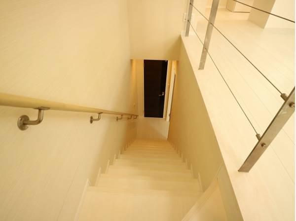 リビングと寝室をつなぐ階段です。