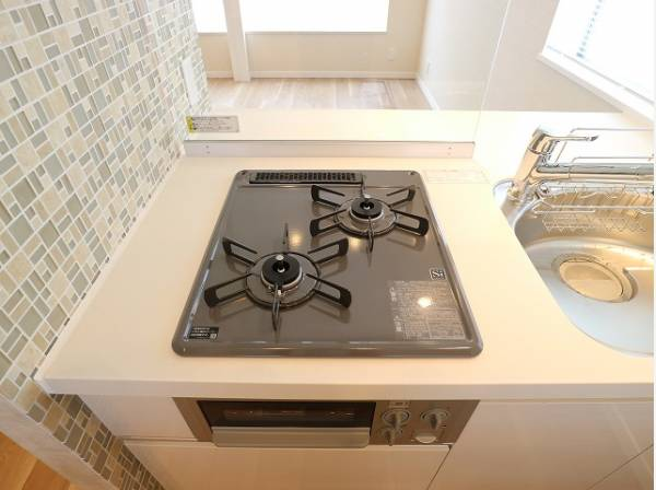 2口コンロで、お料理の効率もアップ。受け皿のないフラット天板で、お手入れもラクラク。