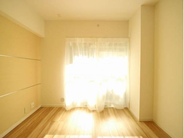 開口部が広く、たくさんの陽を取り入れます。窓を開ければ気持ちよい風が舞い込んできそうです。