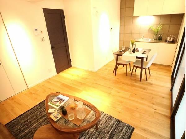 ダイニングテーブルと2人掛けのソファ、リビングテーブルを置いてもゆったりとしたスペースがあるお部屋です。