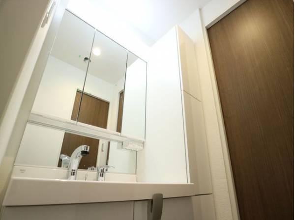 さまざまな物の収納に使えるサイドキャビネット付きの洗面化粧台。どうしても雑になりがちなサニタリーを、きれいにすっきりとまとめることが出来ます。