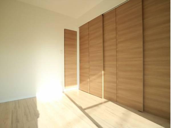 リビングとの洋室の間仕切りは三枚扉になっています。仕切って寝室にも、開放して大空間のリビングにもなります。