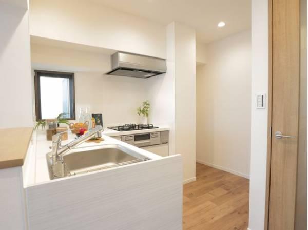 広々としたシステムキッチンは収納力があります。L型キッチンは作業効率が良いのが魅力ですね。