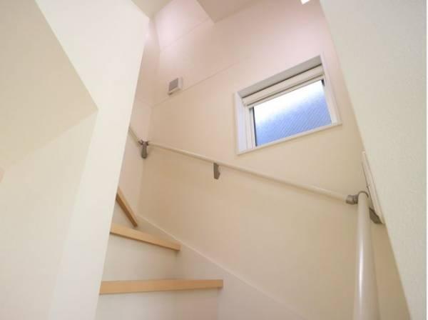 暗くなりがちな階段には、光を多く取り入れることのできる窓を設置。 圧迫感も少なく、明るい空間に。