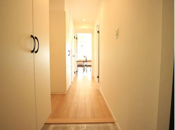 玄関を開けると、明るい日が差し込むリビングへと誘う廊下。一日あったいろんなことを胸に帰る我が家。