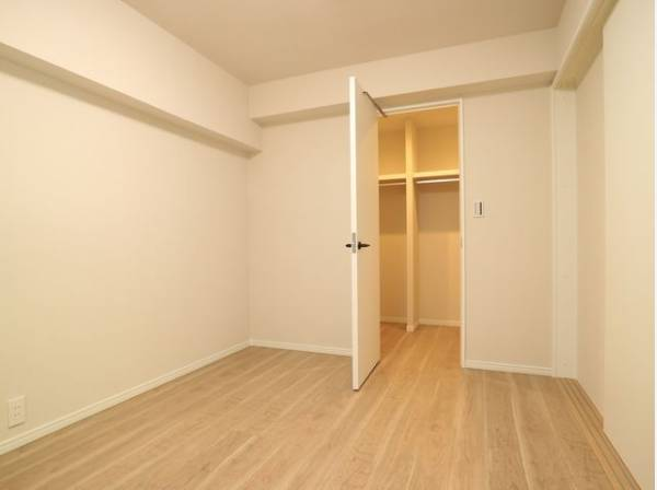 住まう方自身でカスタマイズして頂けるように「シンプル」にデザインされた室内です。
