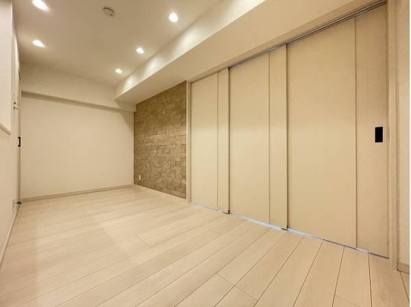 リビングとの間仕切りは引戸になっています。仕切って寝室にも、開放して大空間のリビングにもなります。