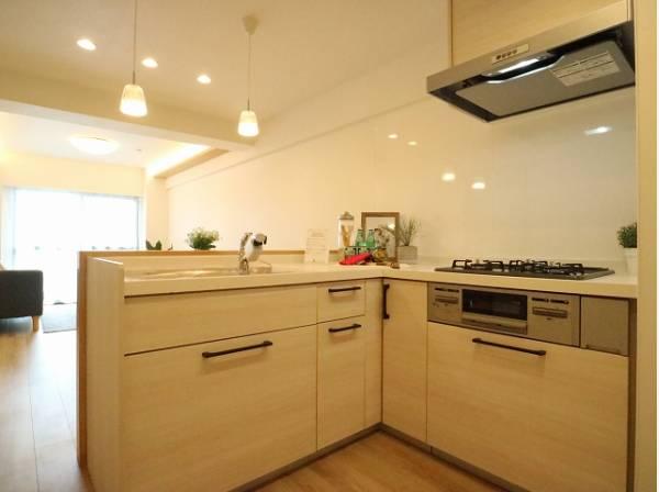 明るく清潔感のあるL字型の対面キッチン。使い勝手の良い設備のキッチンで効率よくお料理ができます。