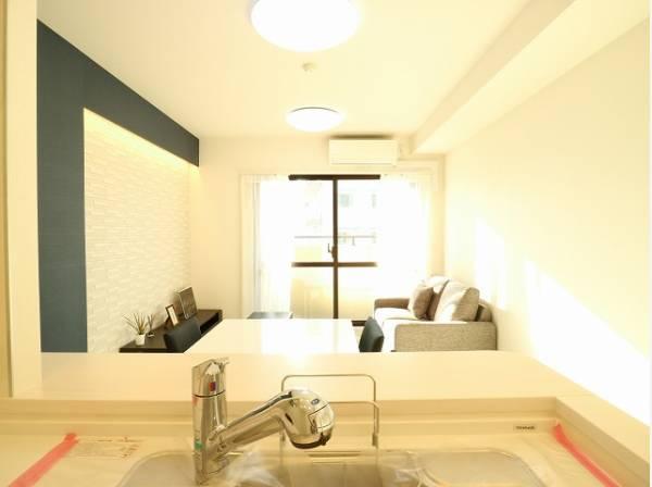 開放感と明るさをもたらす魅力のリビング。キッチンスペースまで明るくなります。自然とくつろぎの場所に。