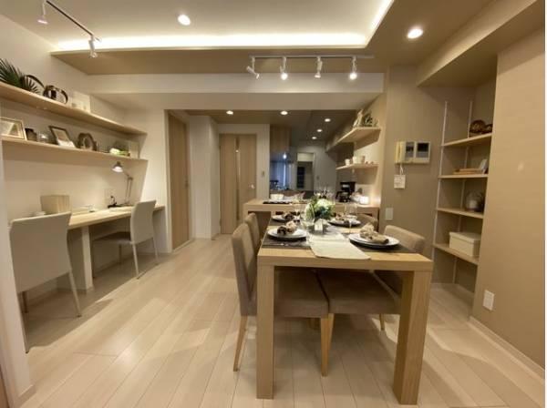 ダイニングテーブルとソファ、リビングテーブルを置いてもゆったりとしたスペースがある開放的なLDK。