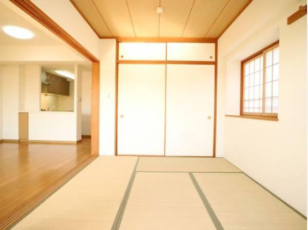 客間になったり、寝室になったりとなにかと便利な和室は約6.1帖のスペースを確保。井草の香りがやすらぎを与えます。