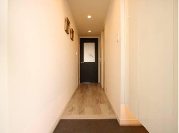 毎日出入りに使う玄関は外出する時は爽やかに、帰宅するときはホッとする落ち着いた空間へ。