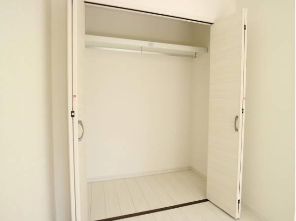 充分な収納スペースを確保。洋服をしまう整理ダンスなどを置かなくてもいいので、その分お部屋を広く使うことができますね。