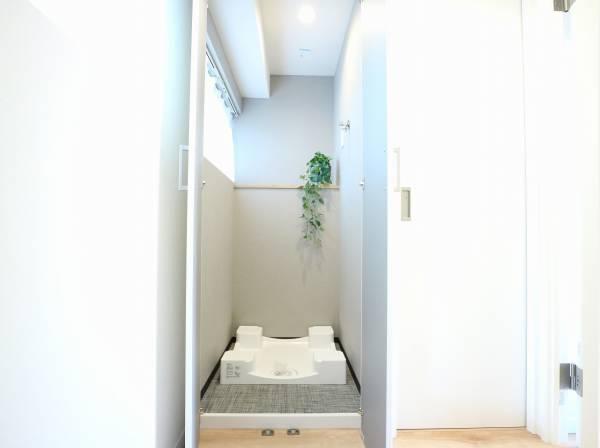 窓から光が入り、換気もできる洗濯室です。扉付なので、生活感が出がちな洗濯スペースも隠すことができます。