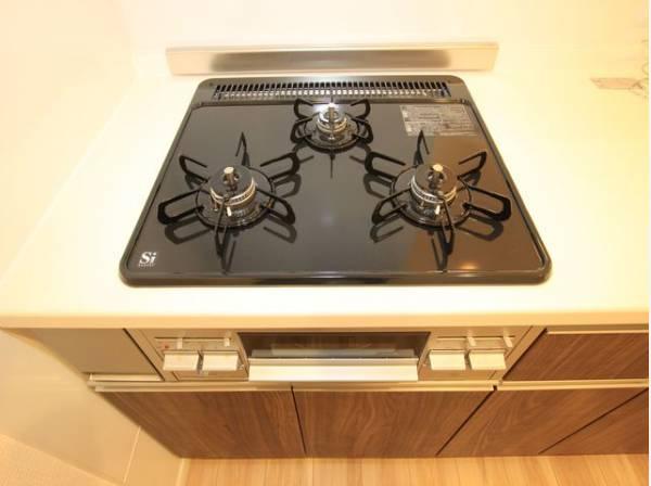 3口コンロで、お料理の効率もアップ!使い勝手の良さを考えました。受け皿のないフラット天板で、お手入れもラクラク。