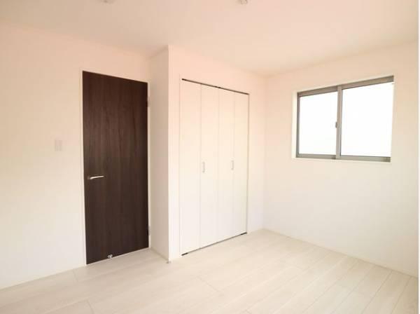 クローゼット付きで、お部屋を最大限に広く使って頂けます。プライベートルームはゆったりと快適に。