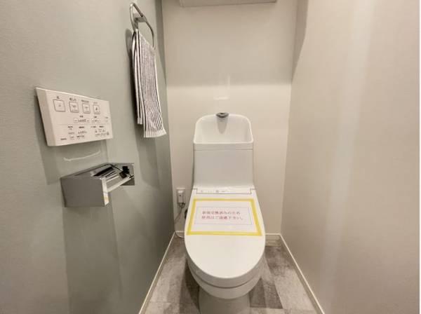 デザイン性の高いトイレ。落ち着いた空間で安らぎのひとときをお過ごしいただけます。