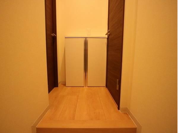 清潔感のある空間を保てるよう、収納スペースを設けてますので、玄関をスッキリ綺麗な空間に纏めます。