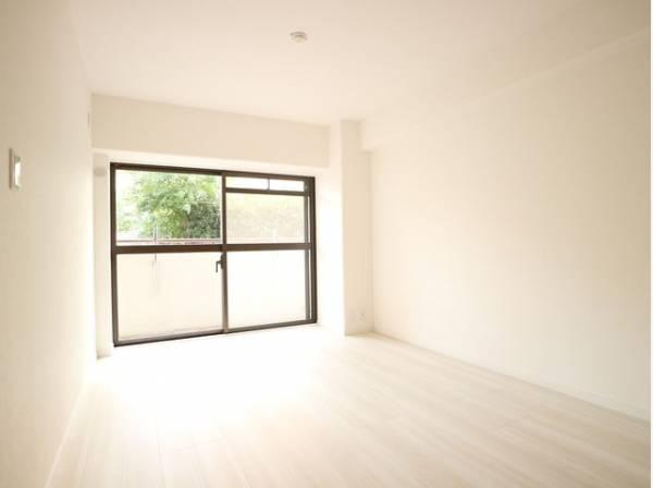 大きな窓からたっぷりと陽光が注がれる明るい空間。家族の成長に対応できる永住仕様の間取り。一日の疲れをいやしてくれる寝室。時を忘れて過ごす場所として過ごせるお部屋。