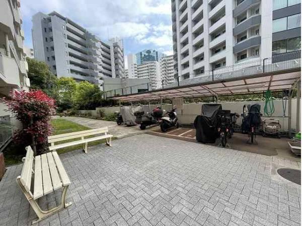 駐輪場、バイク置場完備。屋根付きで安心です。