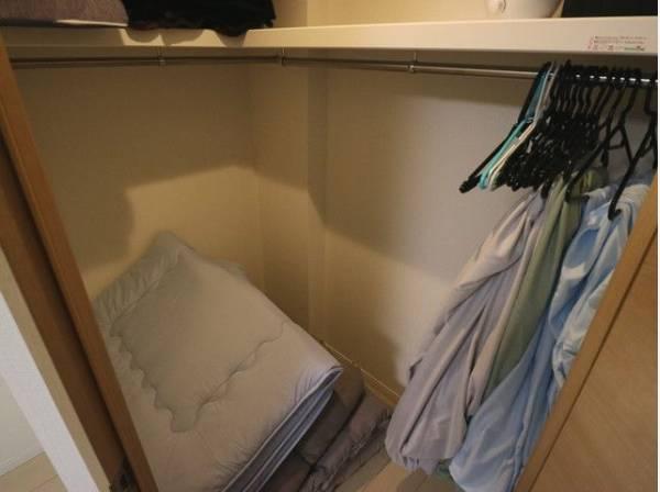大容量収納可能なウォークインクローゼット。シーズンオフの服や普段使わないものをたくさん収納できますのでスッキリと過ごしていただけます。