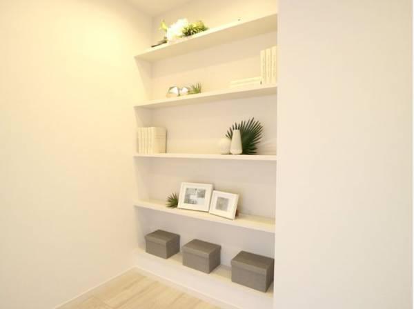 たっぷり収納可能な棚をご用意いたしました。お好みのレイアウトで素敵な空間を創り上げられます。