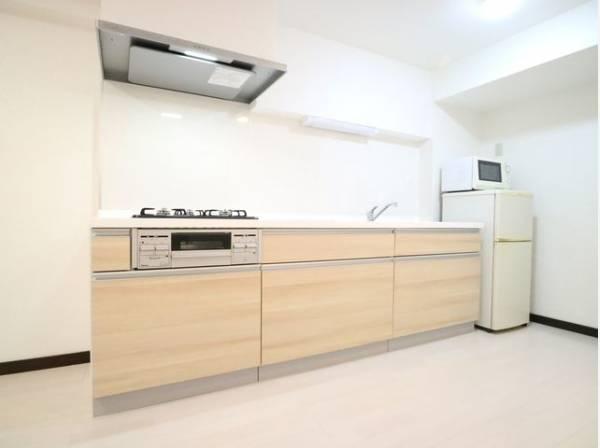 ゆったりと調理ができる位のスペースを実現したキッチン。引出しや足下などの収納も充実しています。
