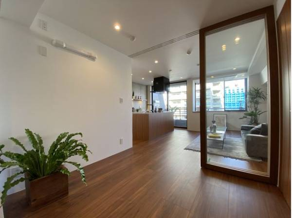 リビングと隣接の洋室はおしゃれなガラス戸を採用。奥行きが生まれ、美しく開放感のある空間に。