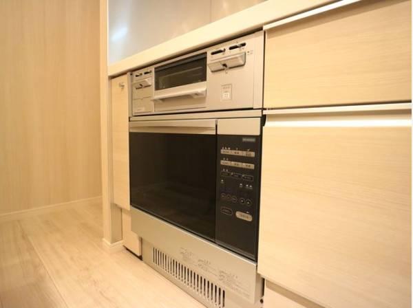 ビルトインタイプのオーブンレンジ。作業スペースも広く確保でき、お料理の幅も広がります。