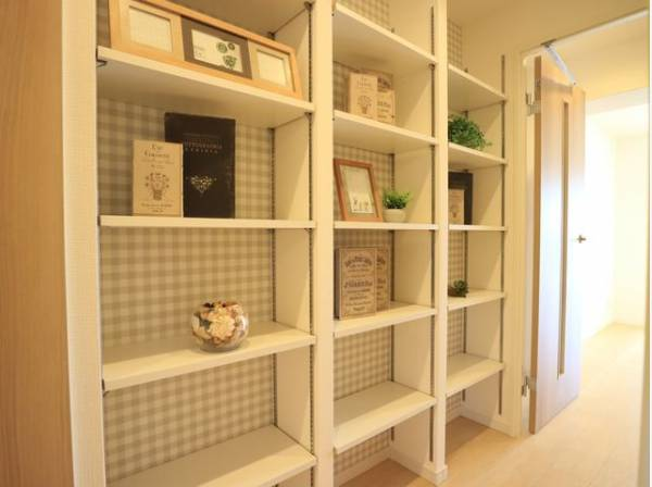 廊下にはシンプルなデザインの壁面収納をご用意いたしました。収納棚としてはもちろん、飾り棚として活躍しそうですね。