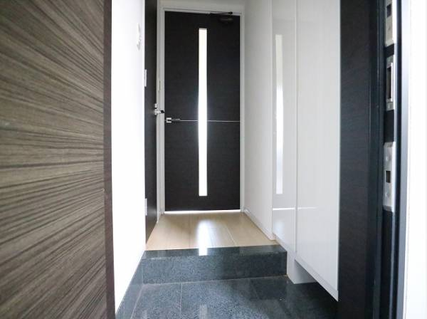 住まいの顔となる玄関スペースは、実用性はもちろん、第一印象をよくしてくれるデザイン性も重要です。