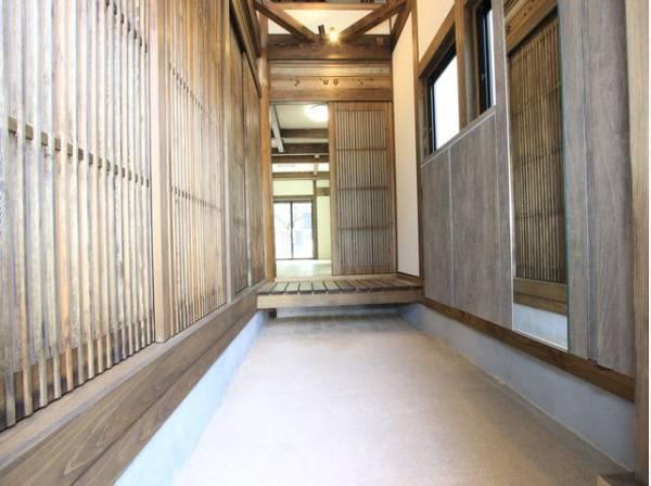 明るく開放的な空間を木目が美しい建具が見事に演出。住まいの顔となる玄関は、落ち着きの満ちた空間に。