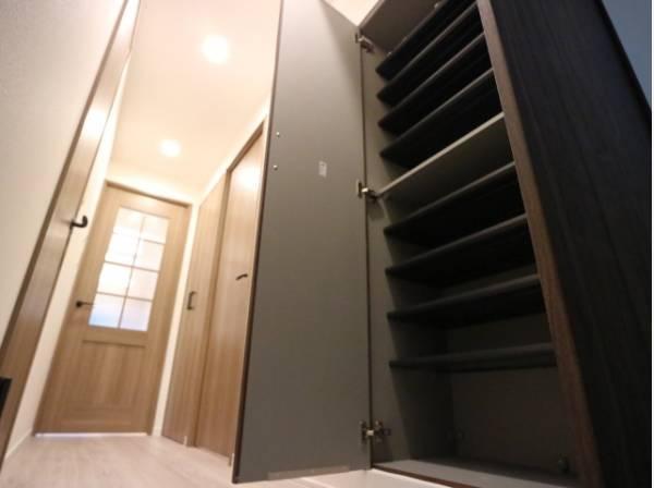 玄関には大容量のシューズクローゼットもあって、収納スペースも十分です。