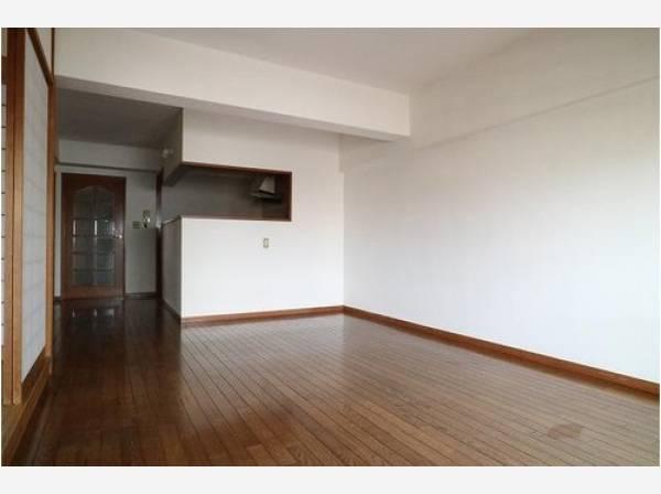 LDKは約20帖の大空間。すっきりとした空間は、家具やインテリアでアクセントをつけましょう。シンプルな内装は、コーディネートも愉しみです。