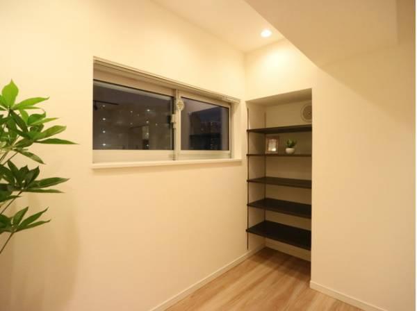 リビングにも収納スペースを確保。生活用品や書類など細々したものもすっきりと収納できます。