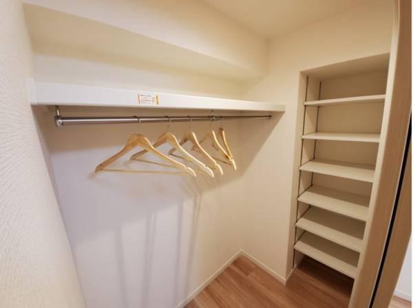 大容量収納可能なウォークインクローゼットはシーズンオフの服や普段使わないものをたくさん収納できます。