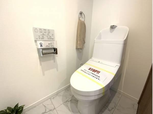 トイレはシャープでシンプルなデザイン。毎日使う場所だからこそ、使い勝手を考慮しました。
