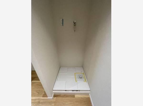 キッチン横に洗濯機を収納するすペースがあります。家事導線が短く、時短にもなります。