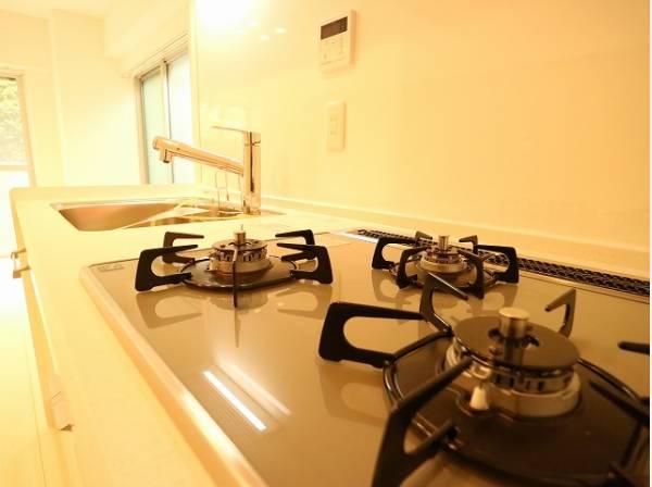 三口コンロで、お料理の効率もアップ!快適な日常を支える機能性が備わったキッチン。