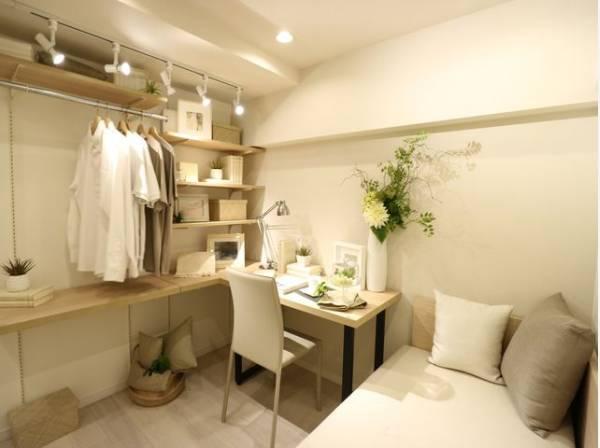 サービスルームにはデスクとソファを設置。書斎としても、テレワークの仕事場としても多用途に使えます。