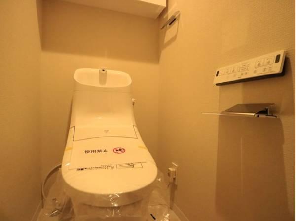 換気と明るさに配慮した、清潔感溢れるトイレ。落ち着いた空間で安らぎのひとときをお過ごしいただけます。