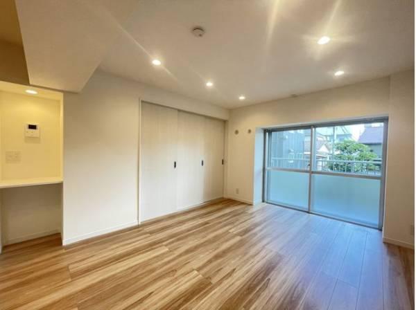 ナチュラルな木目調の床から木のぬくもりを感じられる広々とした約13.3帖のリビングルーム。