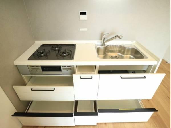 引出し収納や足下収納などにより、収納量がアップしています。すっきりと美しいキッチンでお料理を行うことができますね。