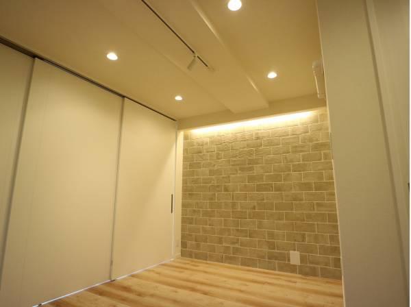 壁の一部にデザインクロスを採用。 壁紙を一面変えるだけで一気にセンスのある空間に。